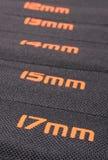 Grootte van moersleutels op zwarte dekking Royalty-vrije Stock Fotografie