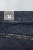 Grootteetiket op jeans Stock Afbeeldingen