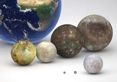 Groottevergelijking tussen de manen van Jupiter en van Neptunus met Aarde stock foto