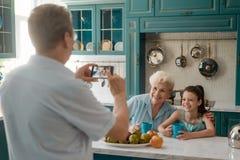 Grootvader die een beeld nemen royalty-vrije stock afbeeldingen