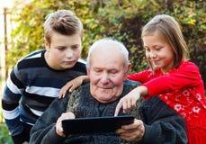 Grootvader die nieuw iets leren stock afbeeldingen