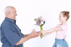 Grootvader die pret met zijn kleindochter hebben Stock Foto's