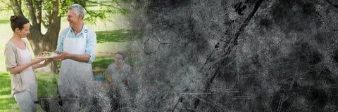 Grootvader die voedsel uitdelen bij bbq met grijze grungeovergang Stock Afbeeldingen