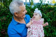 Grootvader en Babykleindochter royalty-vrije stock afbeelding