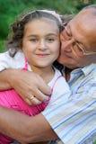 Grootvader en jong geitje in openlucht Stock Afbeeldingen