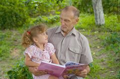 Grootvader en kleindochter Royalty-vrije Stock Foto's