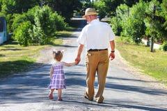 Grootvader en kleindochter Stock Foto's