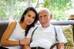 Grootvader en kleindochter stock afbeeldingen