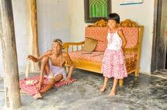 Grootvader en kleindochter in Bangladesh Stock Afbeeldingen