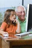 Grootvader en kleindochter met computer Royalty-vrije Stock Foto