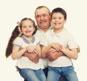 Grootvader en kleinkinderen de spruit van de portretstudio royalty-vrije stock foto