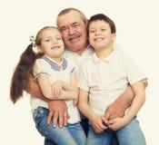 Grootvader en kleinkinderen gestemd portret geel Royalty-vrije Stock Afbeeldingen