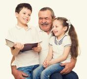 Grootvader en kleinkinderenportret Stock Foto