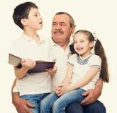 Grootvader en kleinkinderenportret stock afbeelding