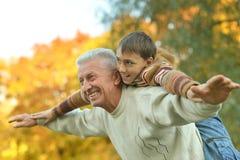 Grootvader en kleinzoon Stock Foto's