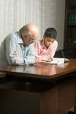 Grootvader en Kleinzoon die een Boek lezen - Verticaal Royalty-vrije Stock Afbeelding