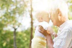 Grootvader en kleinzoon die in openlucht kussen Royalty-vrije Stock Foto's