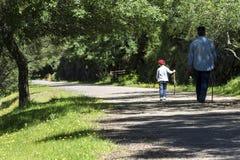Grootvader en kleinzoon het lopen Stock Fotografie