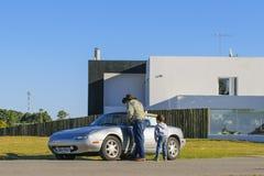 Grootvader en Kleinzoon in Moderne Auto stock afbeelding