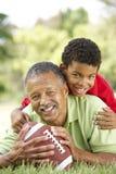 Grootvader en Kleinzoon in Park met Voetbal Stock Foto