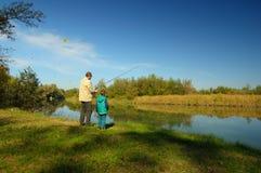 Grootvader en neef visserij royalty-vrije stock afbeelding