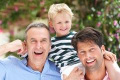 Grootvader en Vader die de Rit van de Kleinzoon geven Royalty-vrije Stock Afbeelding