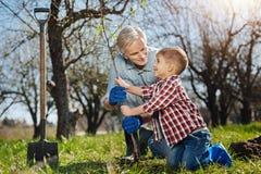 Grootvader en zijn kleinkind die samen tuinieren Royalty-vrije Stock Foto's