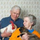 Grootvader met haan en grootmoeder met puss Royalty-vrije Stock Foto