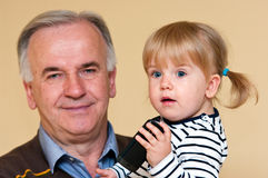 Grootvader met jong meisje Royalty-vrije Stock Afbeeldingen