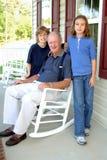 Grootvader met kleinkinderen Stock Fotografie