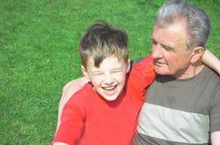Grootvader met kleinzoon Stock Afbeelding