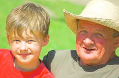 Grootvader met kleinzoon Stock Foto's