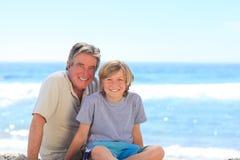 Grootvader met zijn kleinzoon Royalty-vrije Stock Foto