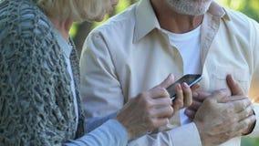 Grootvader nauwelijks ademhaling, die hand op borst, risico houden van slag, noodsituatie stock video