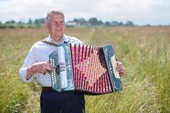 Grootvader in overhemdsspel op harmonika royalty-vrije stock foto's