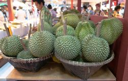 Grop della merce nel carrello del Durian fotografia stock libera da diritti