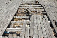 Gropen (hål) i det gamla och slitna golvet Den materiella beläggningen Royaltyfri Fotografi