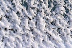 Gropig textur av vit snö på exponeringsglas Royaltyfria Bilder