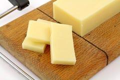 Gros fromage de cheddar pointu réduit par vue proche images stock