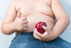 Gros garçon rouge de pomme en main Photos stock