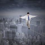 Gros homme d'affaires marchant sur la corde Image libre de droits