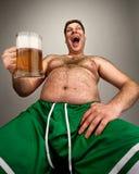 Gros homme drôle avec la glace de bière Images libres de droits