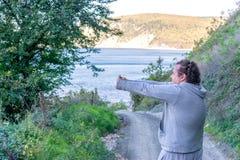 Gros homme faisant l'échauffement en nature Air frais, sport et un mode de vie sain photos stock