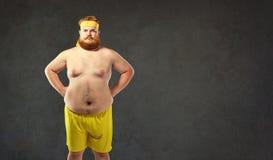 Gros homme nu drôle dans les vêtements de sport Photos stock