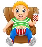 Gros homme s'asseyant sur la chaise avec le maïs éclaté et le boire illustration libre de droits