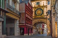 Gros Horloge del du de la ruda o calle del Grande-reloj con los grandes relojes de los famos en Ruán, Normandía, Francia fotos de archivo libres de regalías