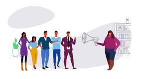 Gros mégaphone de poids excessif de participation de patron de femme d'affaires criant à l'annonce de l'information de meneur d'é illustration libre de droits