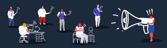 Gros mégaphone de poids excessif de participation de patron de femme d'affaires criant aux employés de bureau utilisant la femell illustration stock