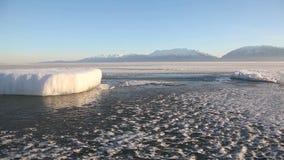 Gros morceau de glace congelé par lac de l'Utah banque de vidéos