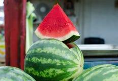 Gros morceau triangulaire de pastèque au marché de ville photo stock